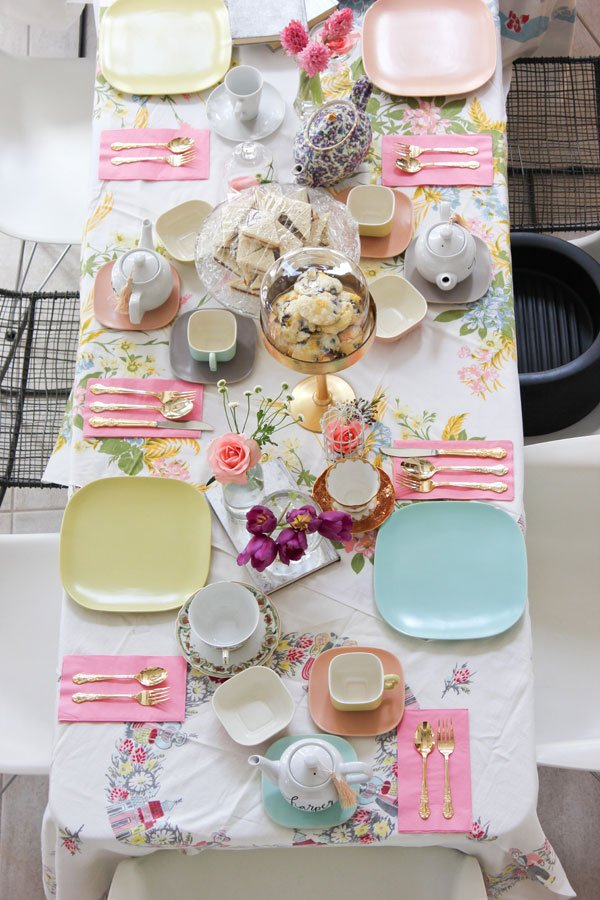 Vintage tea party table setting via A Fabulous Fete